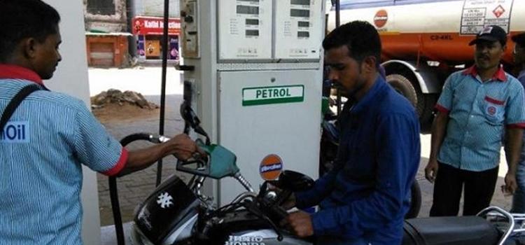 सातवें आसमान पर पहुंचे पेट्रोल के दाम, सस्ते में खरीदने के लिए करें यह काम