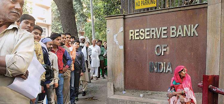 शादी-ब्याह के मौसम में RBI के बाहर नए नोट के लिए लंबी लाइन